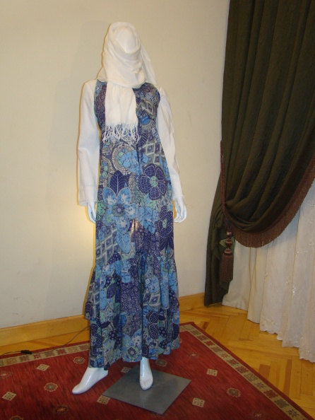 Here you can either wear the white blouse under the dress, or wear a cardigan above the dress